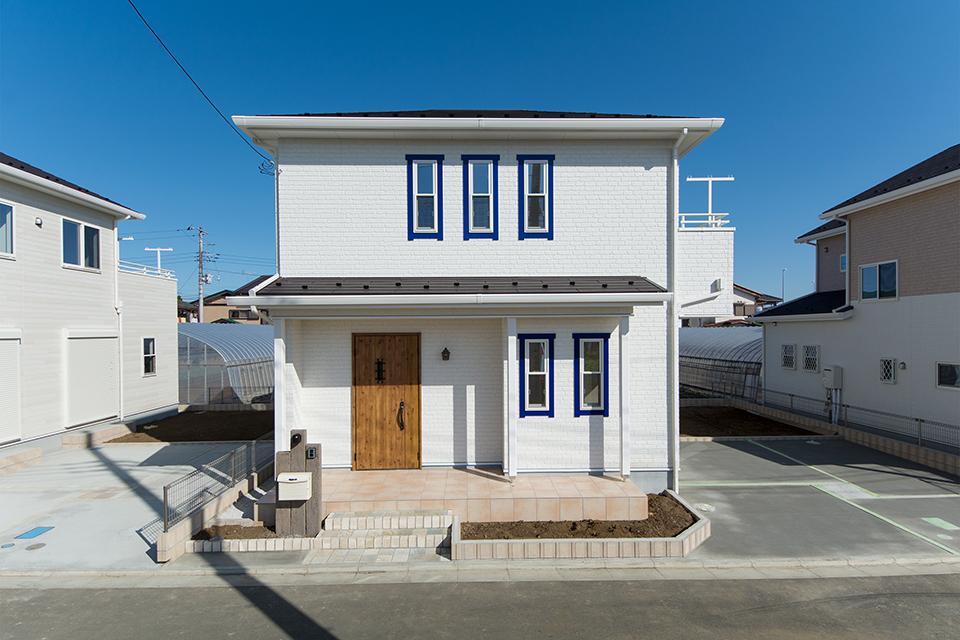 青の窓モールが印象的な白い外観。