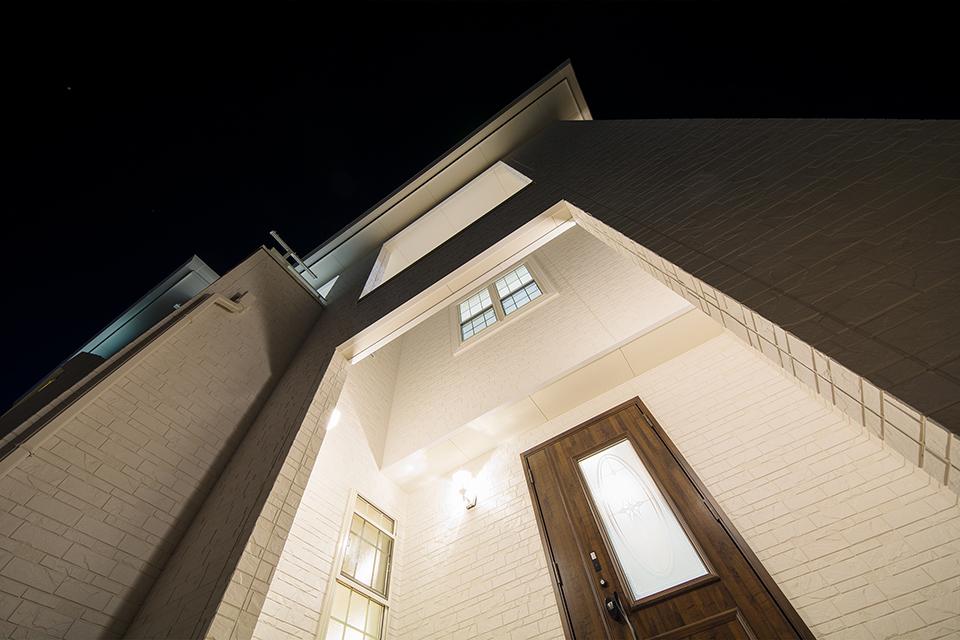 玄関ポーチの吹き抜けが開放的な空間を演出。