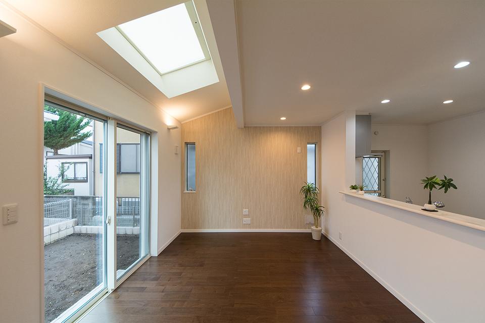 天井にトップライトを設えたリビングダイニング。明るく開放感のある空間に。