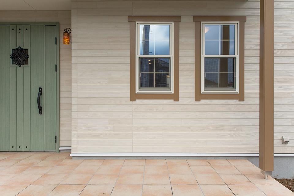 リーフグリーンの玄関ドアがナチュラルな雰囲気をプラス。