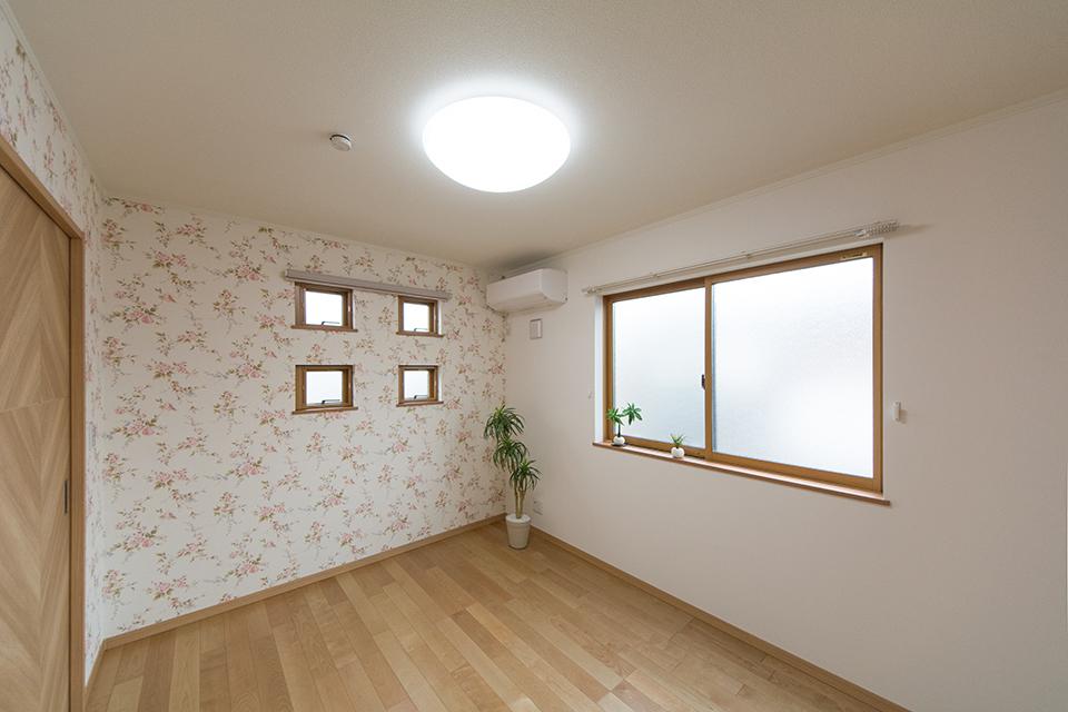 整然と並んだ小窓が空間にシャープな印象をプラス。