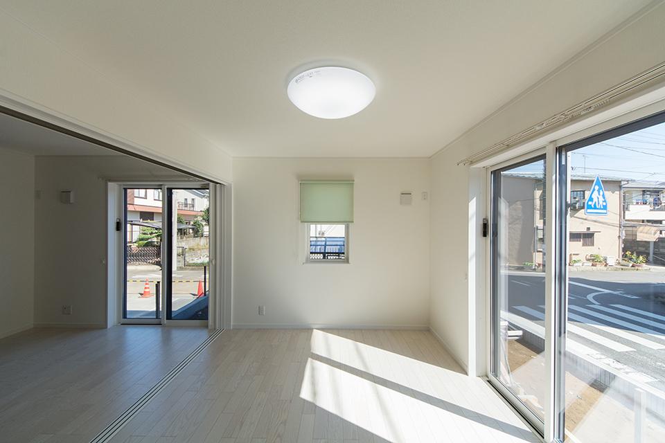 1階洋室―美しく繊細な木目のフローリング(ホワイトアッシュ)が窓から差し込む光を反射し、空間を優しく包み込みます。