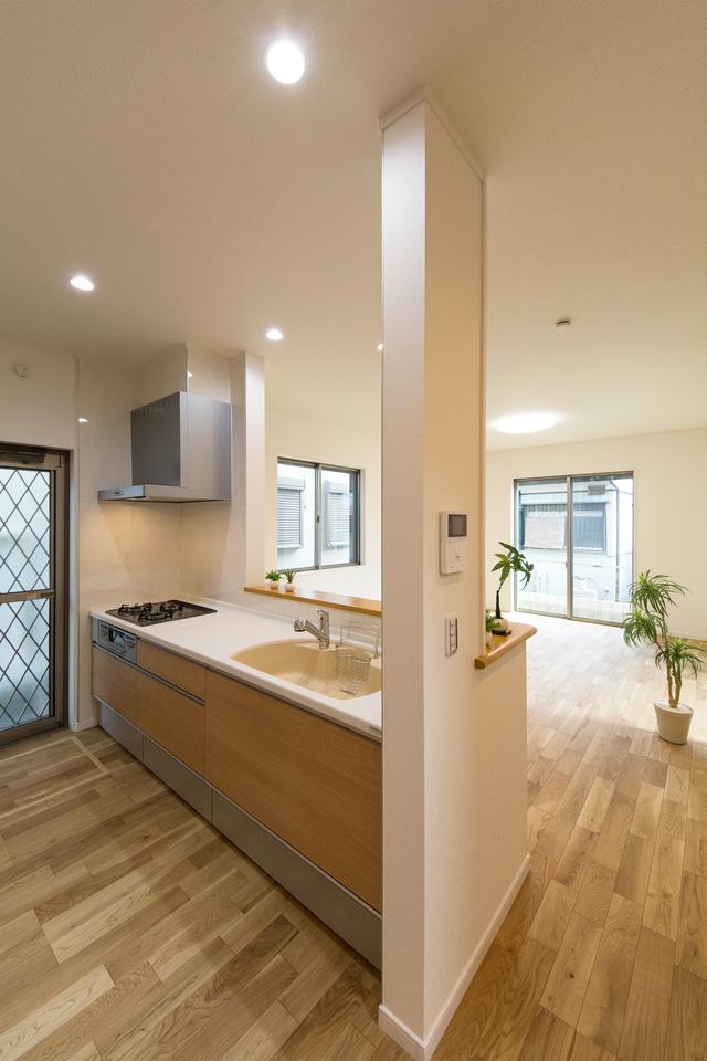 白を基調とした清潔感のあるキッチンスペース。ライトオークのキッチン扉がナチュラルな雰囲気を演出。