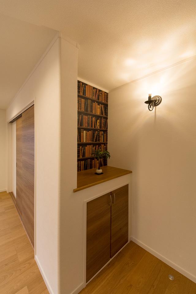 本棚風の壁紙が空間を彩ります。
