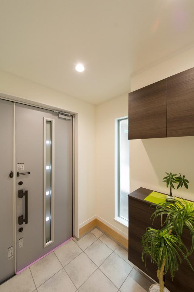 玄関ドアのガラス部分から差し込む光が、明るく開放的ある空間を演出します。