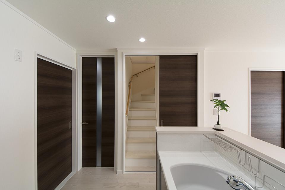 家族の笑顔とコミュニケーションを育むリビング階段を採用。ドアで間仕切ることで、断熱効果もアップします。