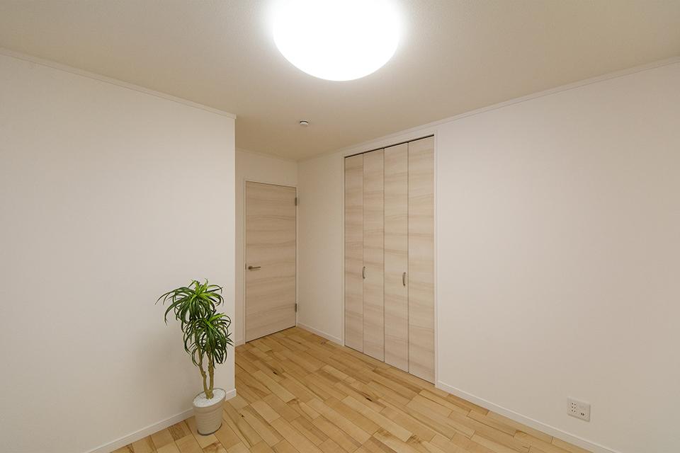 2階洋室。イタヤカエデのフローリングがナチュラルな空間を演出。