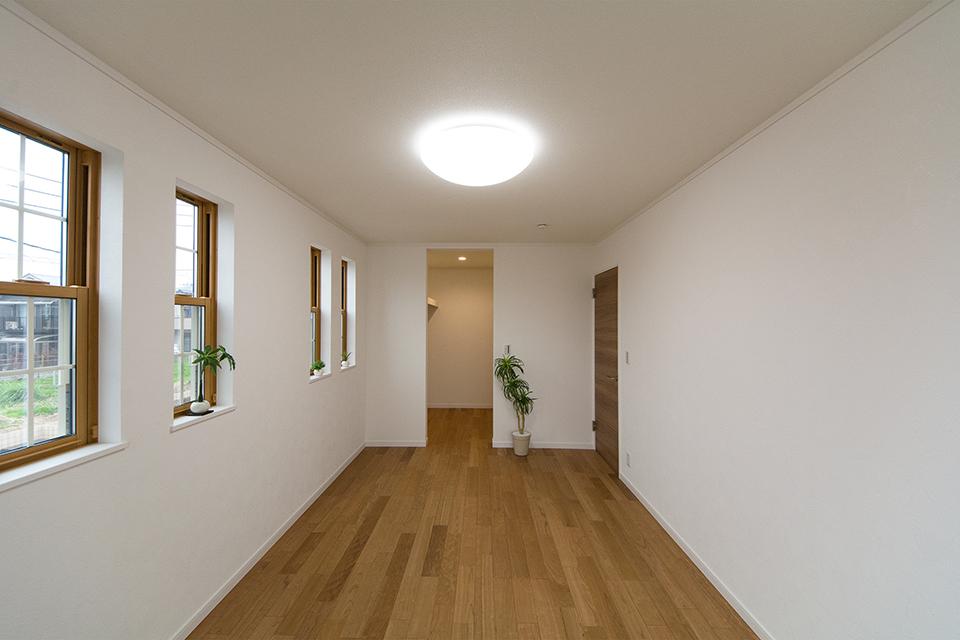 2階洋室。ブラックチェリーのフローリングがナチュラルな空間を演出。