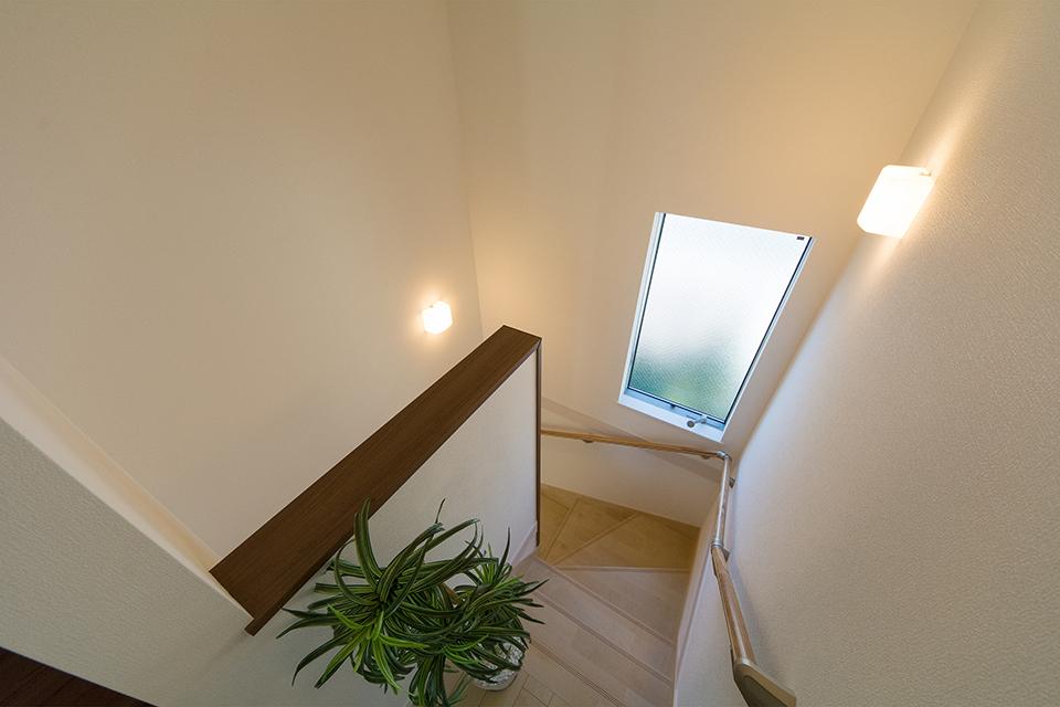 大きな窓をしつらえた、明るく開放感のある階段。
