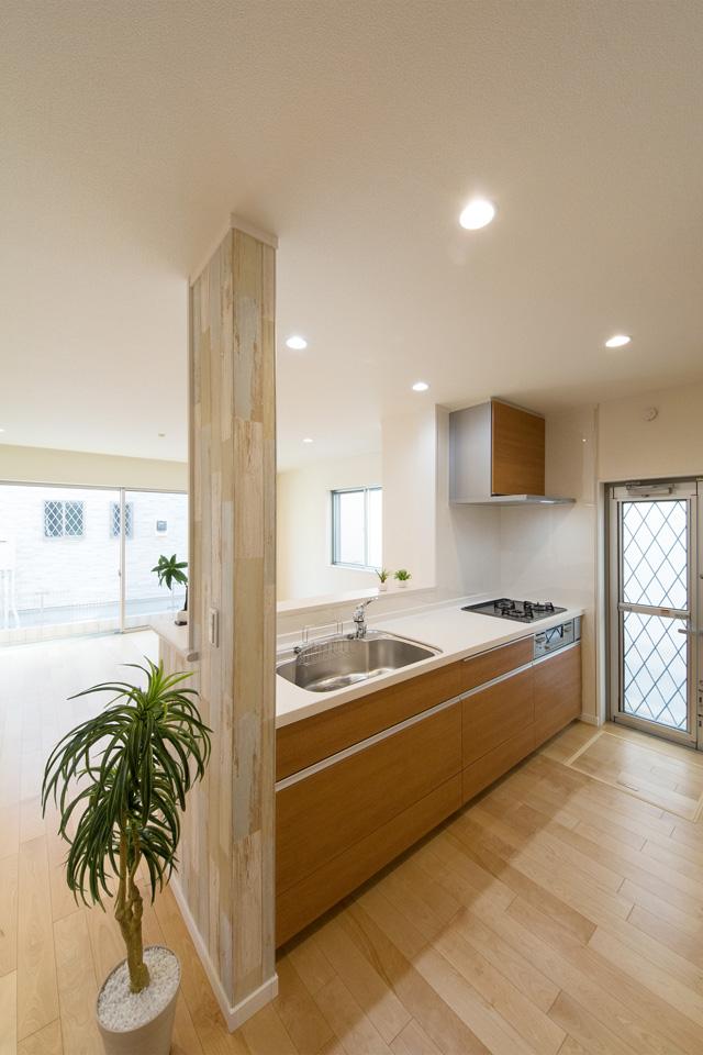 ブラウンのキッチン扉がナチュラルな空間を演出。