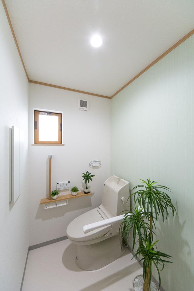 白を基調とした清潔感のある1階トイレ。アクセントクロスが爽やかな印象を与えます。