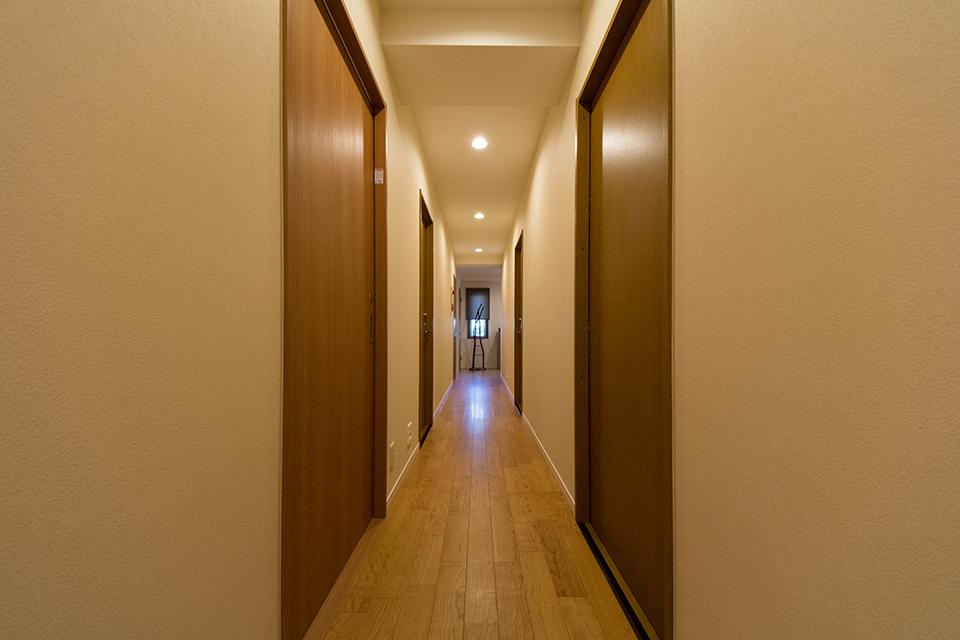 長い廊下は既存の照明を整理し、夜間のためにフットライトを設けました。