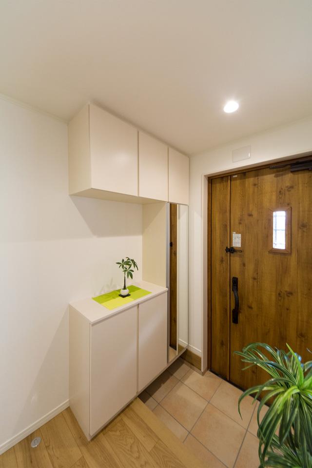 玄関ドアのガラス部分から差し込む光が、明るく開放的ある空間を演出。マキアートパインの玄関ドアがナチュラルな雰囲気を与えます。