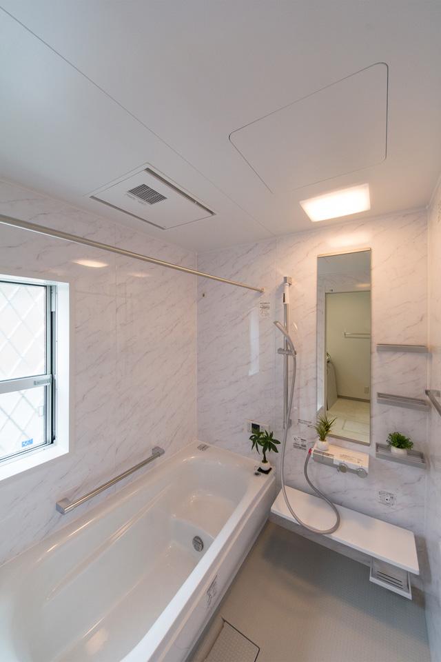 アクセントパネルが爽やかな印象を与えるバスルーム。