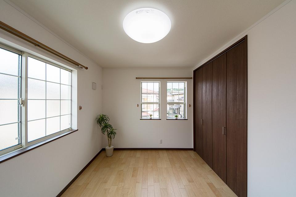 2階洋室。ハードメープルのフローリングとモカ色の建具がナチュラルな空間を演出。
