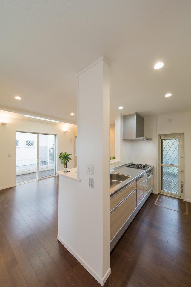 白を基調とした清潔感のあるキッチンスペース。