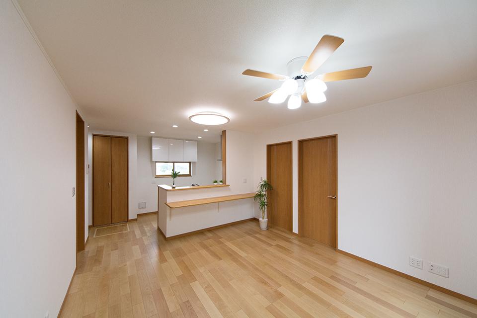 2階LDK―穏やかな木目と緻密な木肌が印象的なバーチのフローリング。