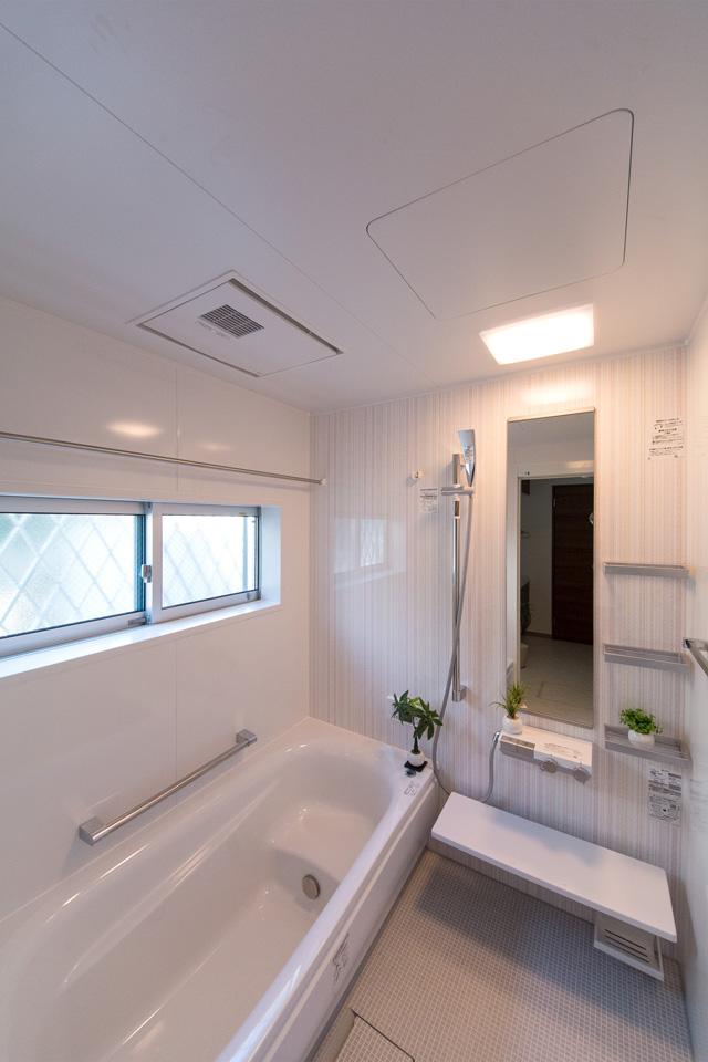 ストライプ柄のアクセントパネルが印象的なバスルーム。