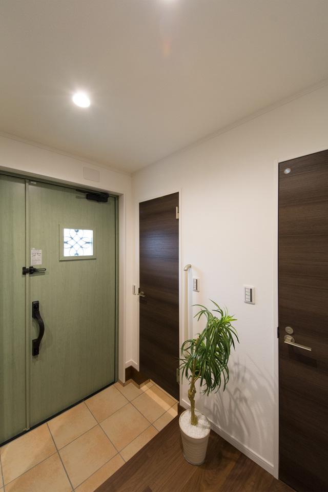 ベビーカーや傘立てなどが収納できる便利な土間収納を設えた玄関。