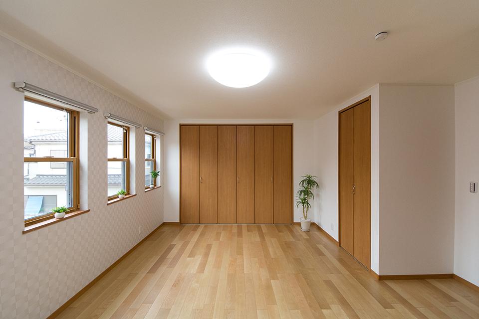 2階洋室―バーチのフローリングとブラウンの建具が、ナチュラルな空間を演出。