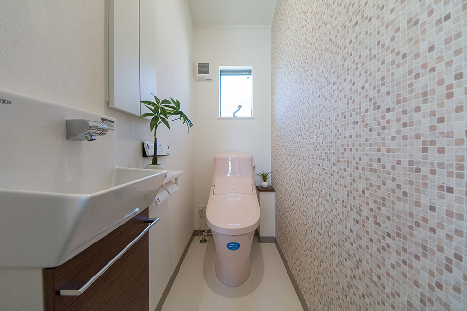 モザイク柄のアクセントクロスが空間を彩る2階トイレ。
