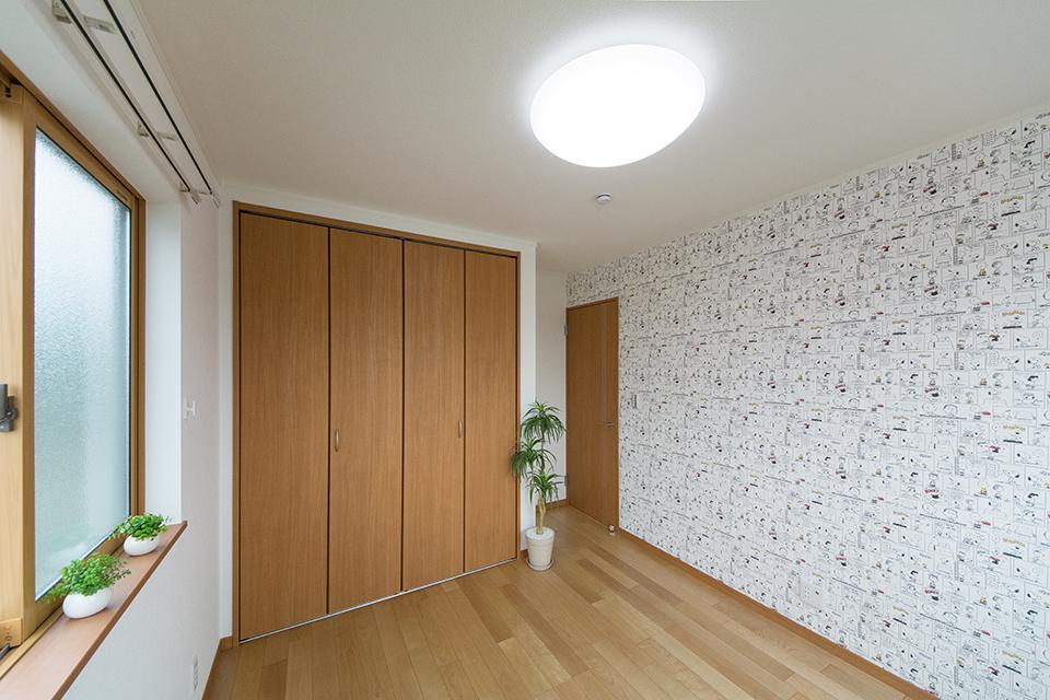 2階洋室―バーチのフローリングとブラウンの建具が、ナチュラルな空間を演出。アクセントクロスが空間を彩ります。