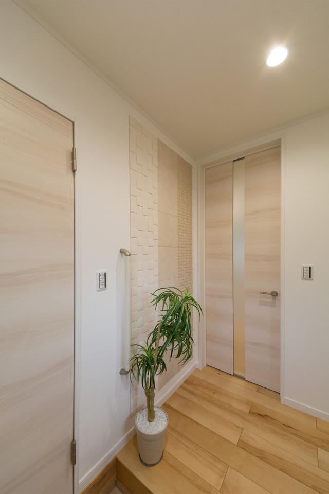 玄関―空気を美しく整えるインテリア壁材「エコカラット」が空間を彩ります。