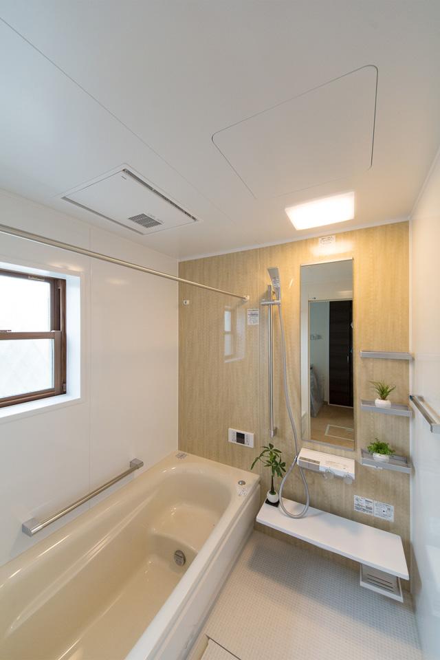 バスルーム。ナチュラルな配色のアクセントパネルを使用した、心地良い穏やかな空間。