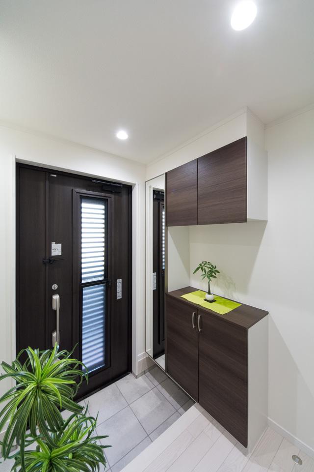 玄関ドアのガラス部分から差し込む光が、明るく開放的ある空間を演出します。ドアを閉めた状態で通風可能な通風機能付。