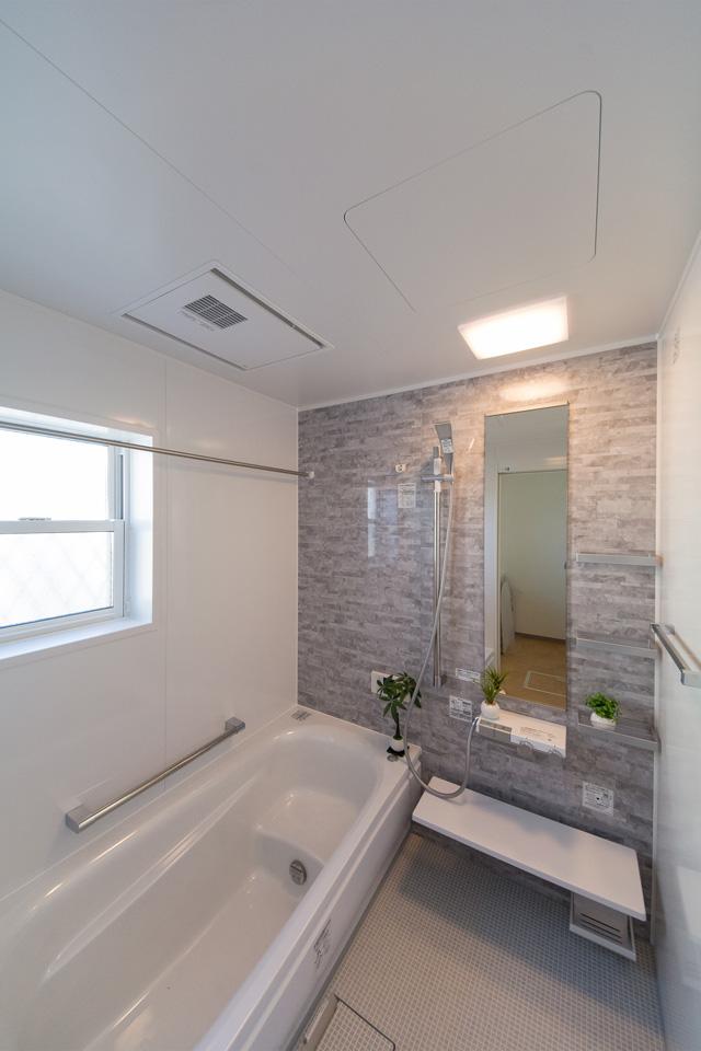 爽やかな色合いのアクセントパネルが印象的なバスルーム。