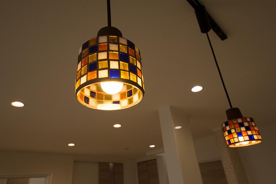 色鮮やかでやさしい灯りのモザイクペンダントライトが空間を彩ります。