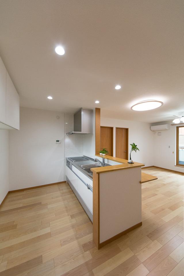 白を基調とした清潔感のある2階キッチンスペース。