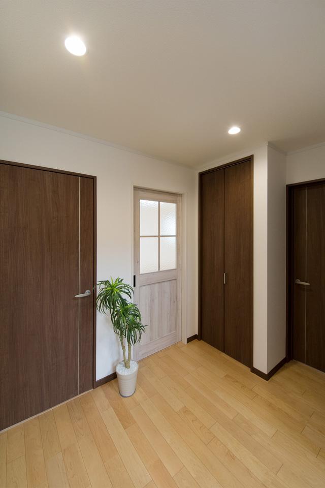 ハードメープルのフローリングとモカ色の建具がナチュラルな空間を演出。