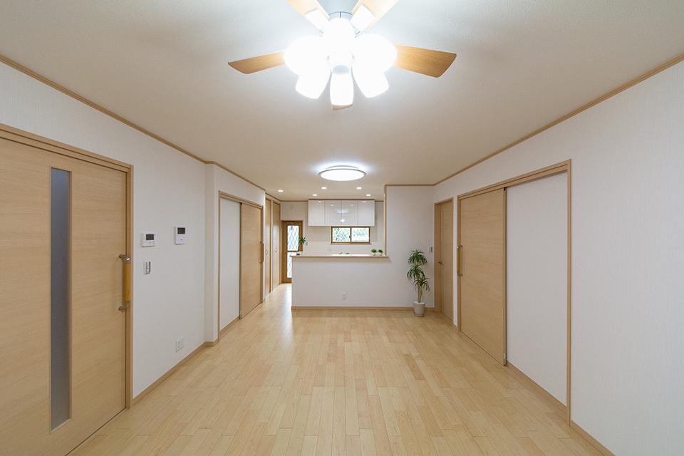 1階LDK―やわらかな木目が印象的なハードメープルのフローリング。ブラウンの建具と相まってナチュラルな雰囲気を演出します。