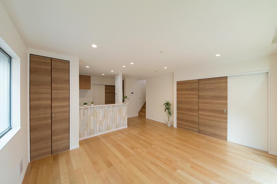 キッチンカウンター周りにあしらったヴィンテージ風木目調のアクセントクロスが空間を彩ります。