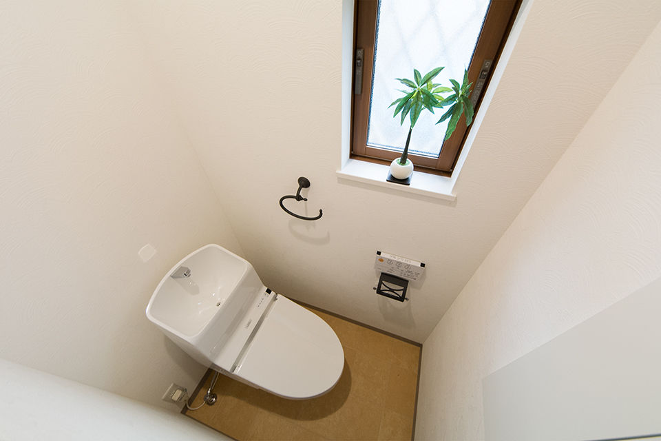 白を基調とした清潔感のある1階トイレ。