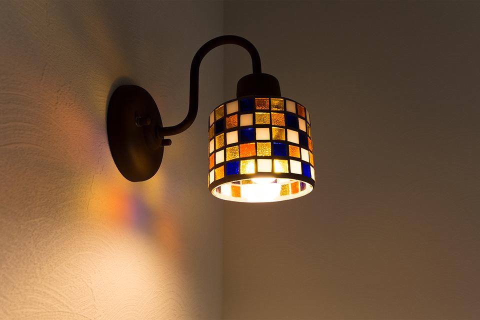 色鮮やかでやさしい灯りのモザイクポーチライトが空間を彩ります。