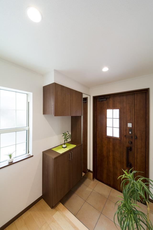 ハンドダウンチェリーの玄関ドアがナチュラルな空間を演出。
