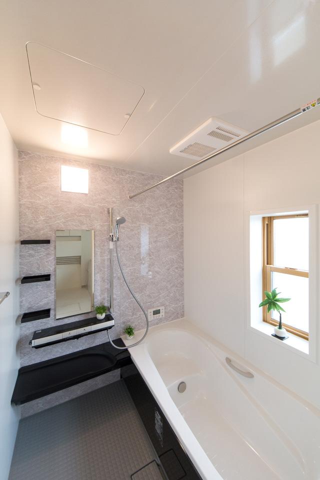 爽やかな色合いのアクセントパネルが印象的な2階バスルーム。