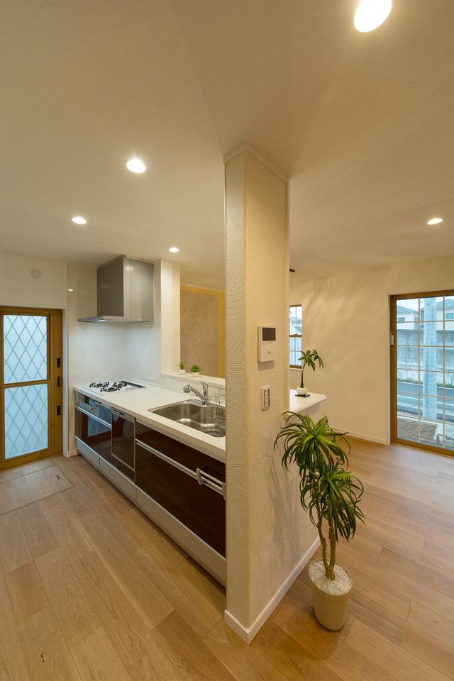 ブラウンのキッチン扉がナチュラルな雰囲気をプラス。