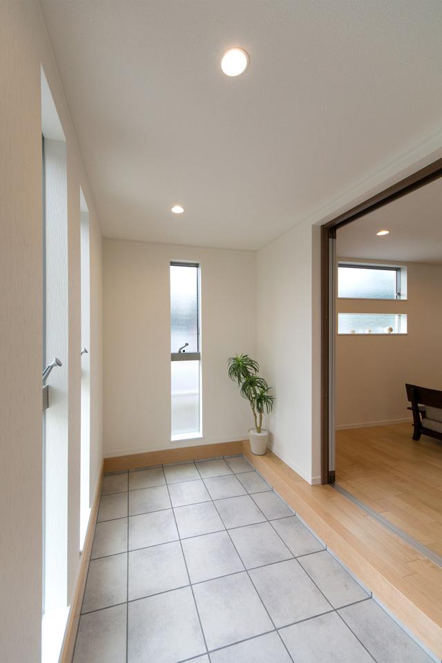 窓が多く明るく開放感のある空間に。