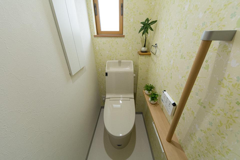 白を基調とした清潔感のある2階トイレ。アクセントクロスが爽やかな印象を与えます。