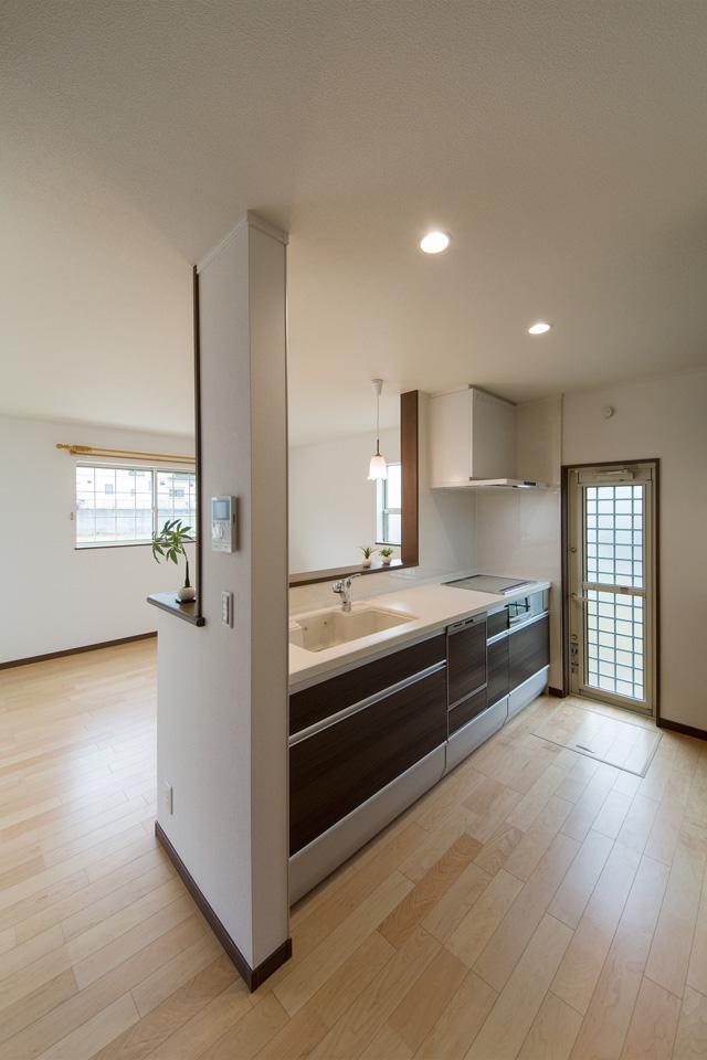 ダークブラウンのキッチン扉がエレガントな雰囲気を演出。