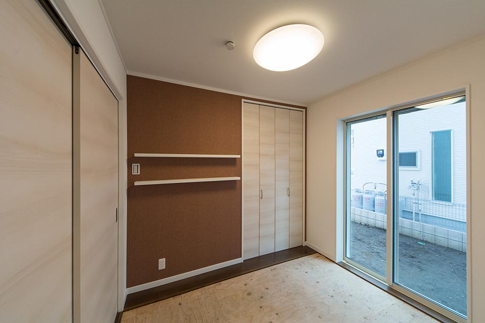小豆色のアクセントクロスが空間を彩る畳敷き洋室(写真は畳設置前)