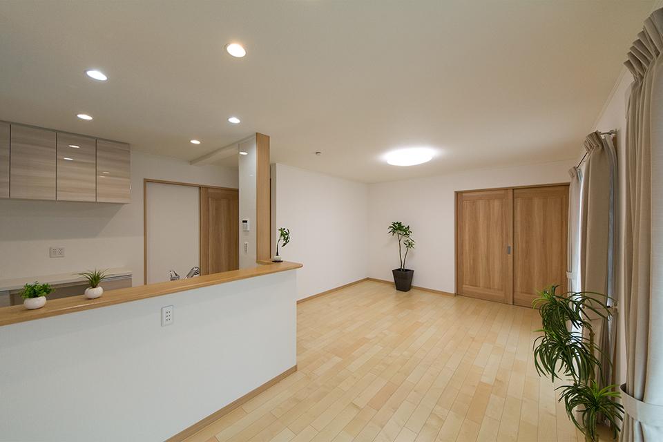 ネイキッドウッド調ブラウンの建具がナチュラルな雰囲気を演出。