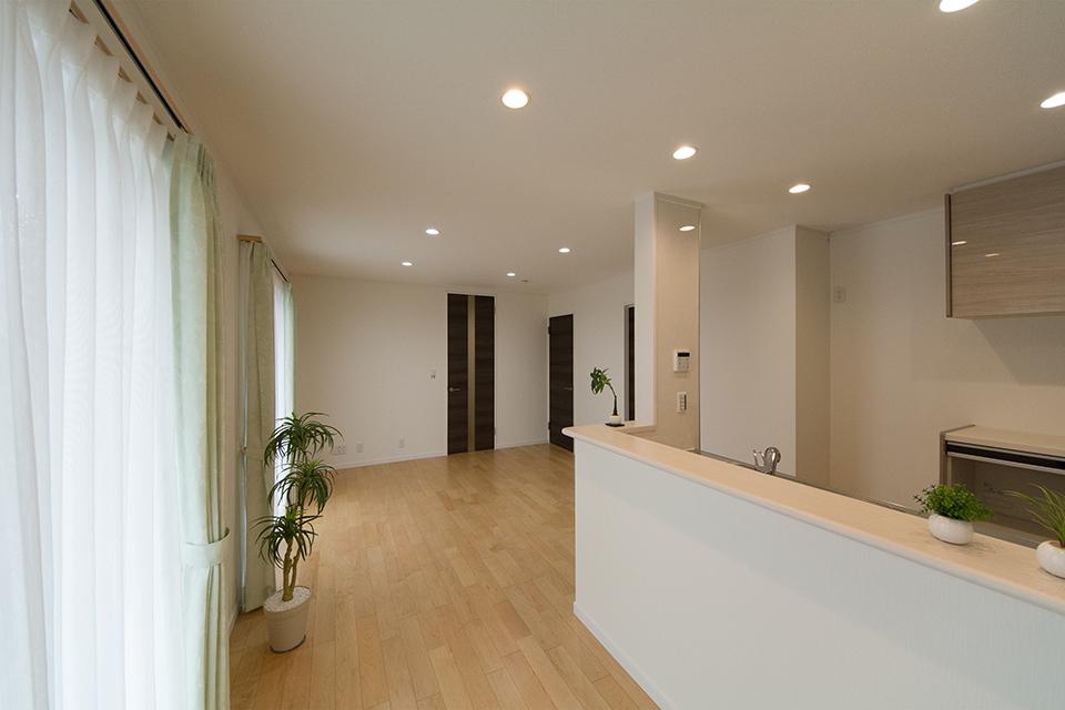 ショコラオーク調の建具とフローリングが相まって、ナチュラルな空間を演出。