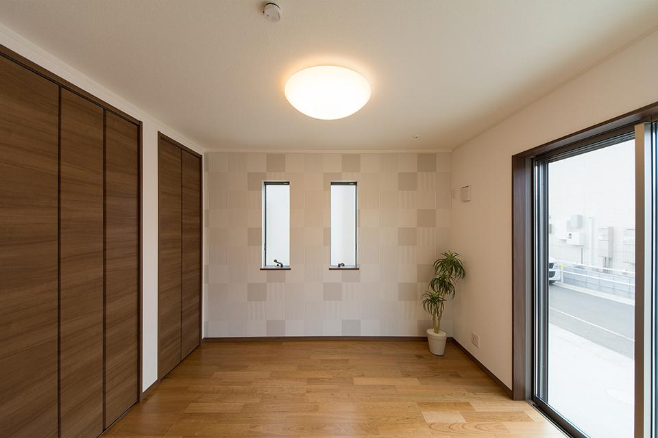 整然と並んだ縦窓が空間にシャープな印象をプラス。
