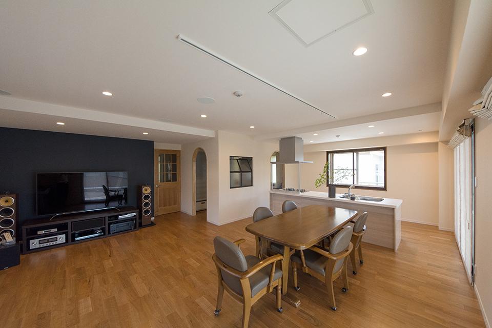 天井の高低差でキッチンとオーディオスペースを意識しました。