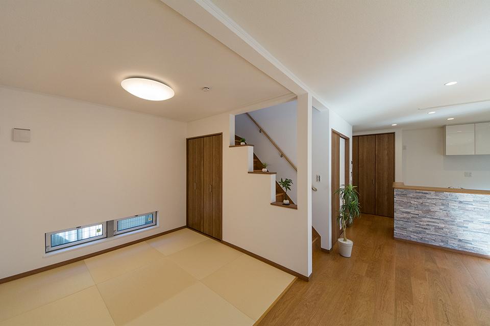 アイボリーの畳を市松敷きにして、モダンな印象に仕上がった畳敷きスペース。