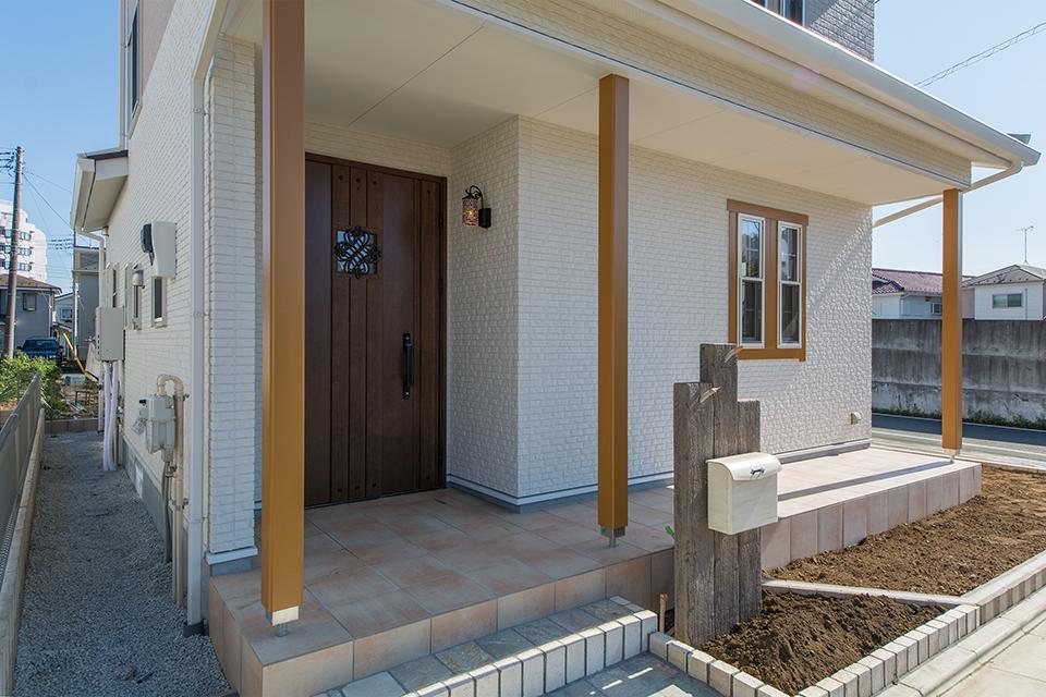 ベージュのテラコッタ調タイルやウッド調の門柱が雰囲気を盛り上げます。